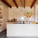 Une cuisine recouverte de carreaux