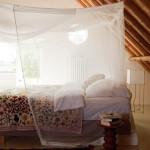 Une chambre mansardée ensoleillée