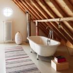 Une salle de bains dans un grenier