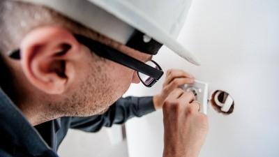 un professionnel rénovant un réseau électrique