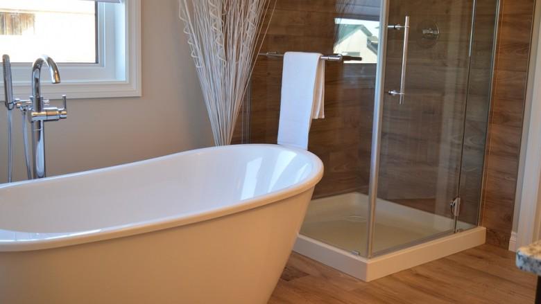 Conseils d'un plombier expérimenté pour choisir entre douche ou baignoire